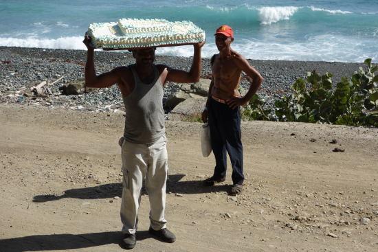 Tortenträger am kubanischen Strand. Foto: Anke Biedenkapp