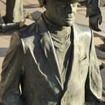 Figur eines Mannes, der zur Hälfte eingegraben ist. Foto: Kornelia Kellner