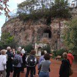 Reisegruppe vor alten Mauern