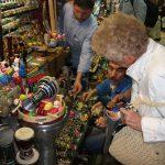 Touristin an einem Kunsthandwerk-Marktstand