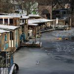 Hausboot-Restaurants am zugefrorenen Kanal.