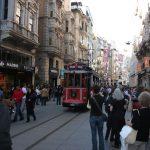 Fußgängerzone mit alter Straßenbahn