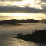 Nebelschwaden über dem Wasser, Dämmerung