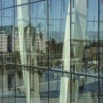 Spiegelungen in Glasfassade