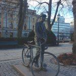 Skultur aus Metall: Mann hält Fahrrad