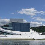 Großes Gebäude mit begehbarer Schräge als Dach am Wasser