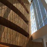 Holzstruktur an den Wänden, Glasfenster
