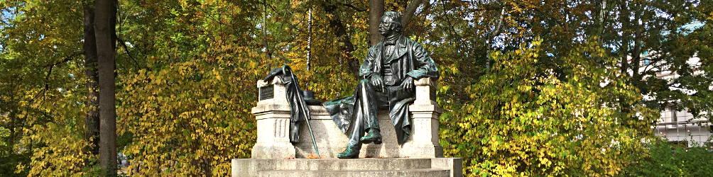 Theodor-Fontane-Denkmal vor Bäumen. Foto: Ralph Hoppe